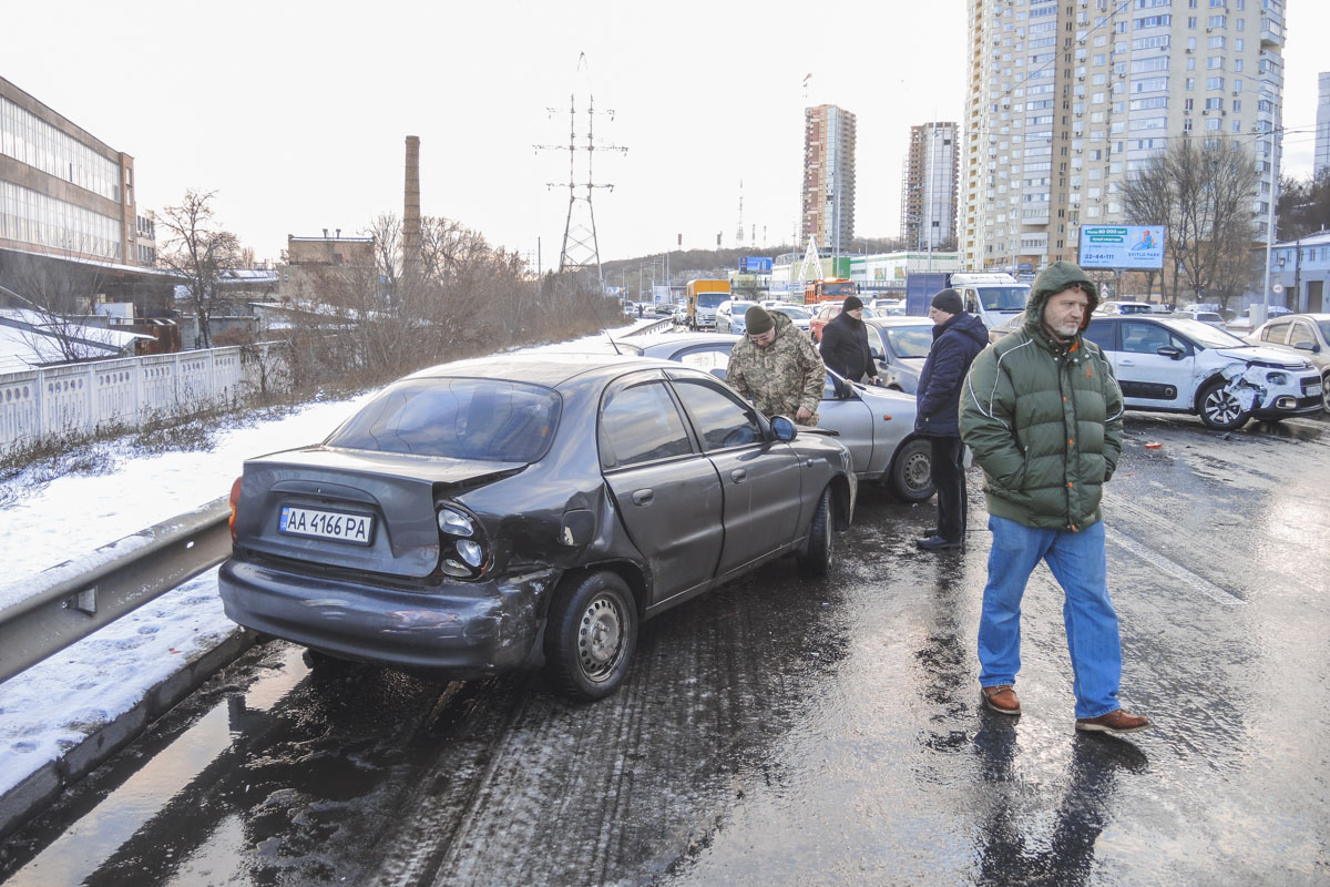 Столкнулись «Славута», Opel, Citroen и два Lanos