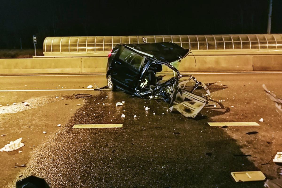 Обломки авто разбросало по дороге