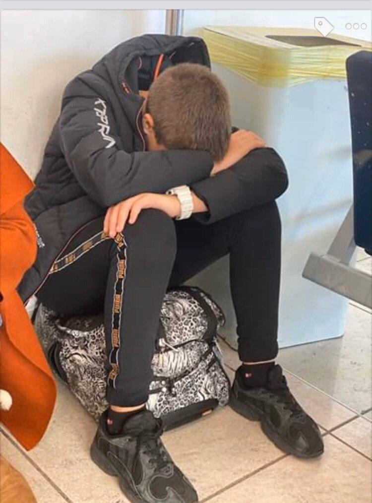 Люди несколько дней провели в аэропорту - их рейсы постоянно переносили