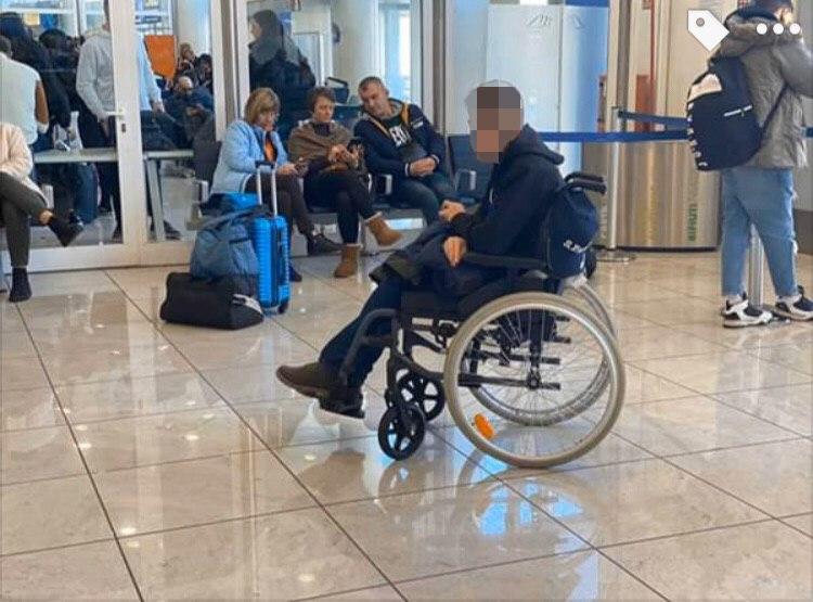 Парня в инвалидной коляске несколько раз загружали и выгружали в автобус
