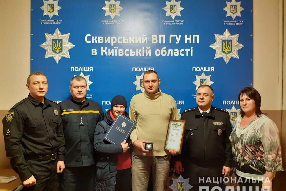 Мужчину наградили за мужество полицейские, спасатели и сельский глава