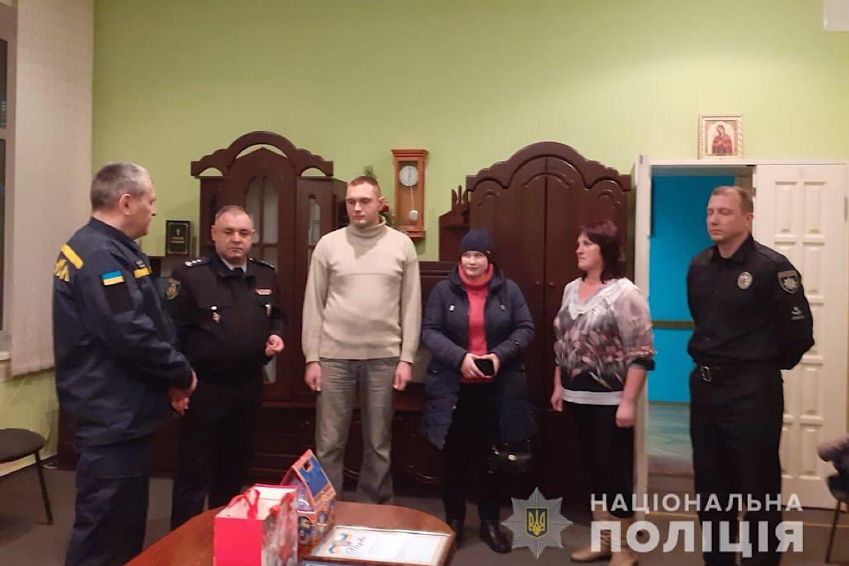 Начальник Сквирской полиции и главный спасатель района лично вручили ему грамоты и подарки
