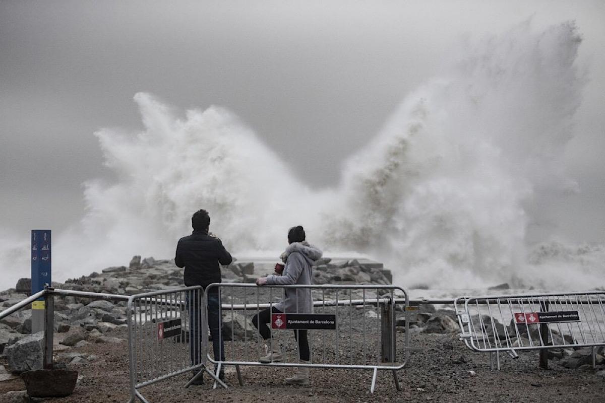 Шторм разрушил пляжные сооружения и вызвал отключение электроэнергии