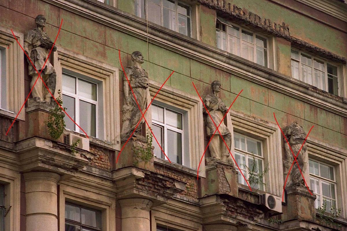 Эти статуи также пропали в доме на Лысенко, 4