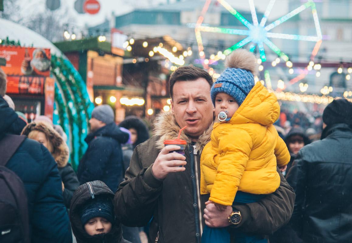 В одной руке ребенок, а во второй - согревающий напиток