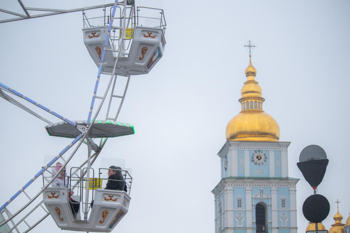 Новогодний городок доходит вплоть до Михайловского собора