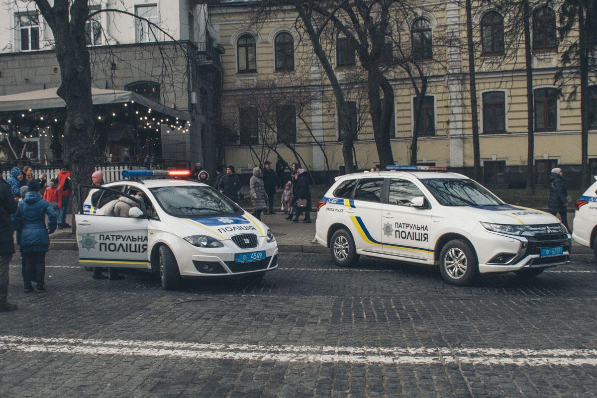 Дети, увидев большое количество полицейских машин и смеющихся патрульных, тянут родителей в эпицентр событий