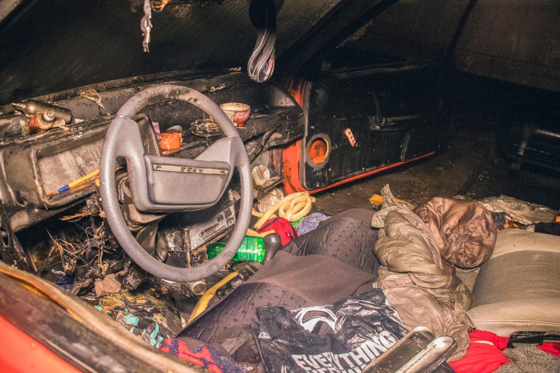 Сгорела передняя часть авто, также закопчен салон машины