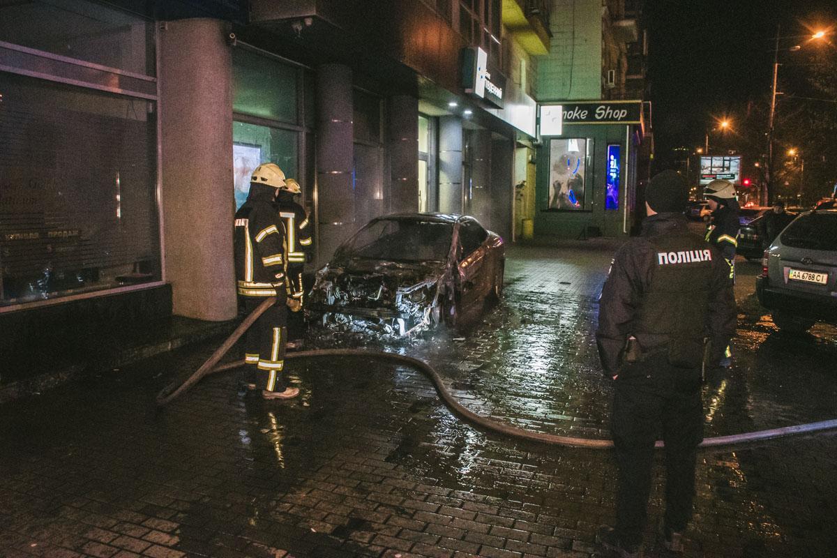 По адресу улица Большая Васильковская, 112 дотла сгорел припаркованный автомобильPeugeot 307