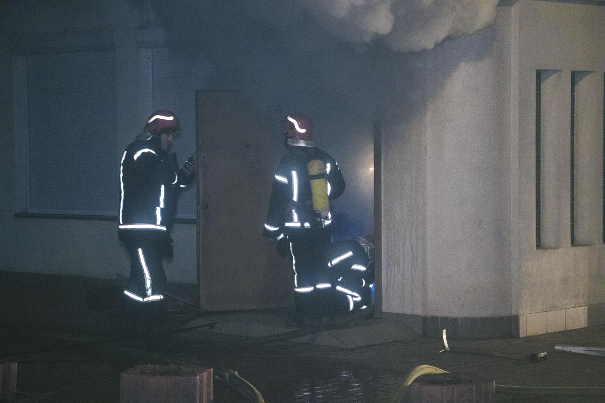 Причины возгорания неизвестны. Огонь начал идти из подвала