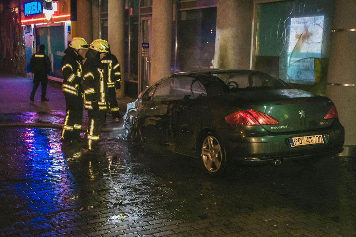 Машина стояла впритык к жилому дому, огонь разбил стекла банка, который расположился на первом этаже и покрыл копотью балконы