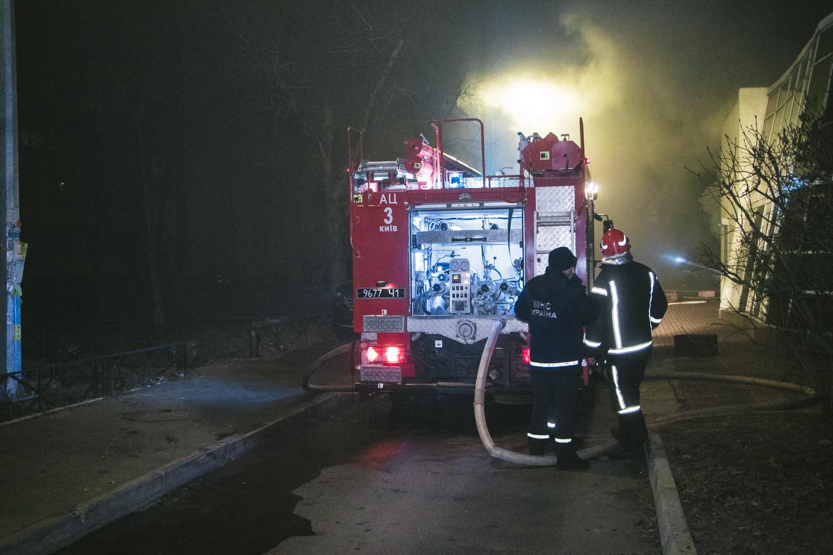 Дым затянул соседние дома, заставив людей выйти на улицу