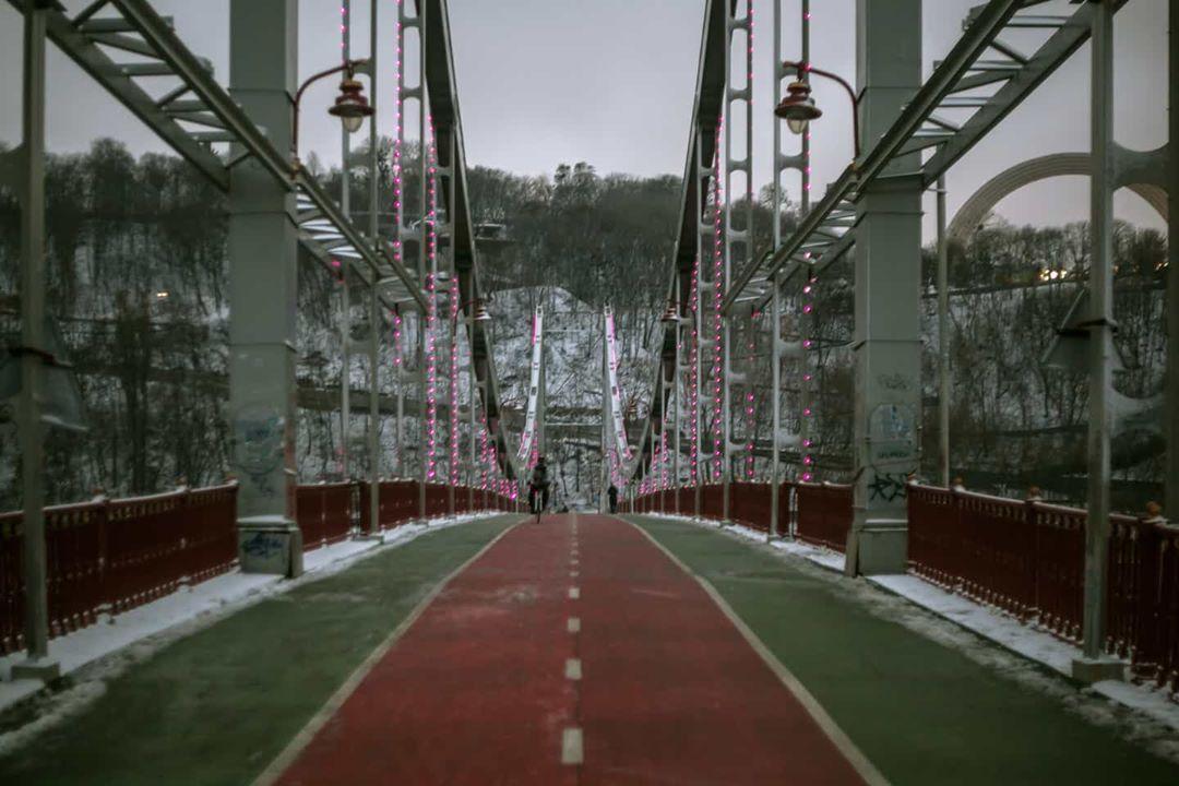 Парковый мост украшенный новогодней иллюминацией. И почти без снега. Фото - @priadka.ph