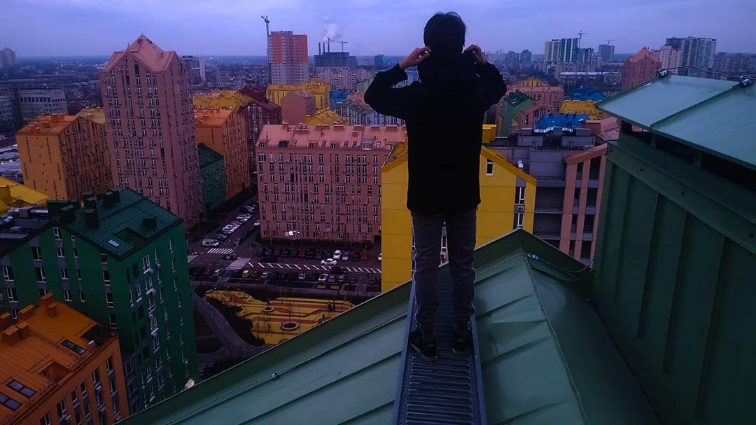При этом Киев остается очень ярким местом. Это доказывает @hhttpp.rr, поднявшись на одну из крыш этого города