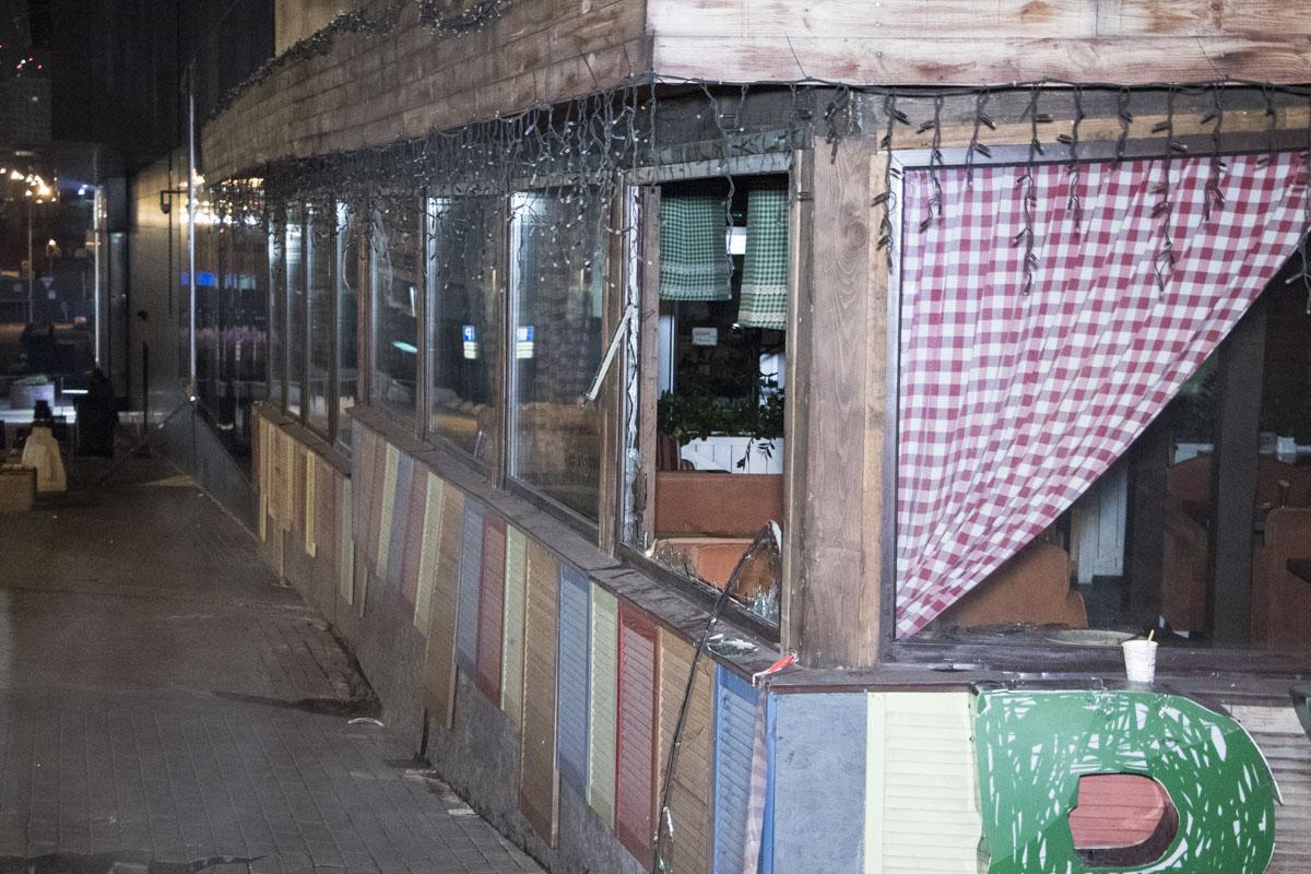 """Кроме того, у кафе """"Руккола"""", которое находится на территории ТРЦ Ocean Plaza при неизвестных обстоятельствах разбились стекла"""