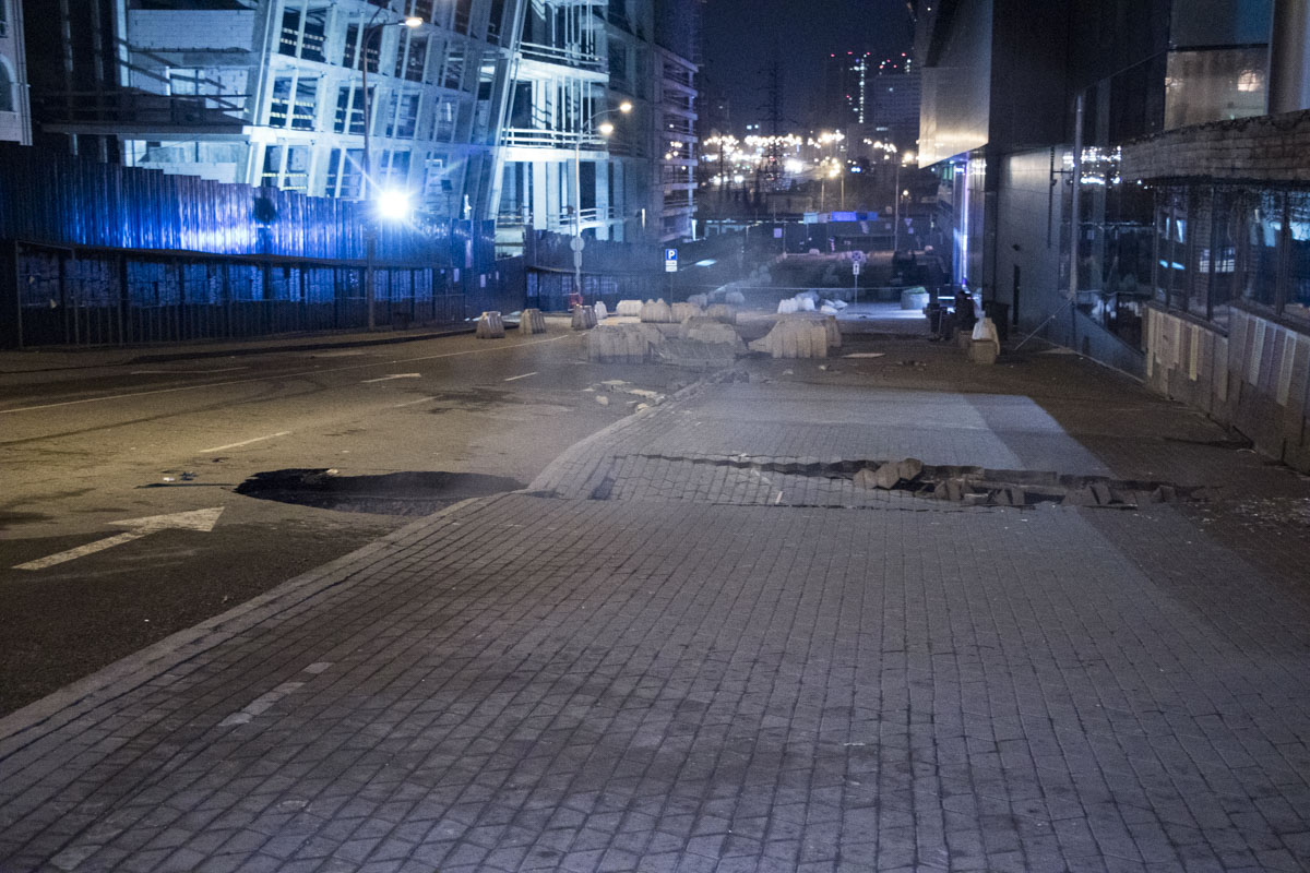 Со стороны входа в «Ашан» ночью провалился асфальт и часть тротуарной плитки на пешеходной зоне