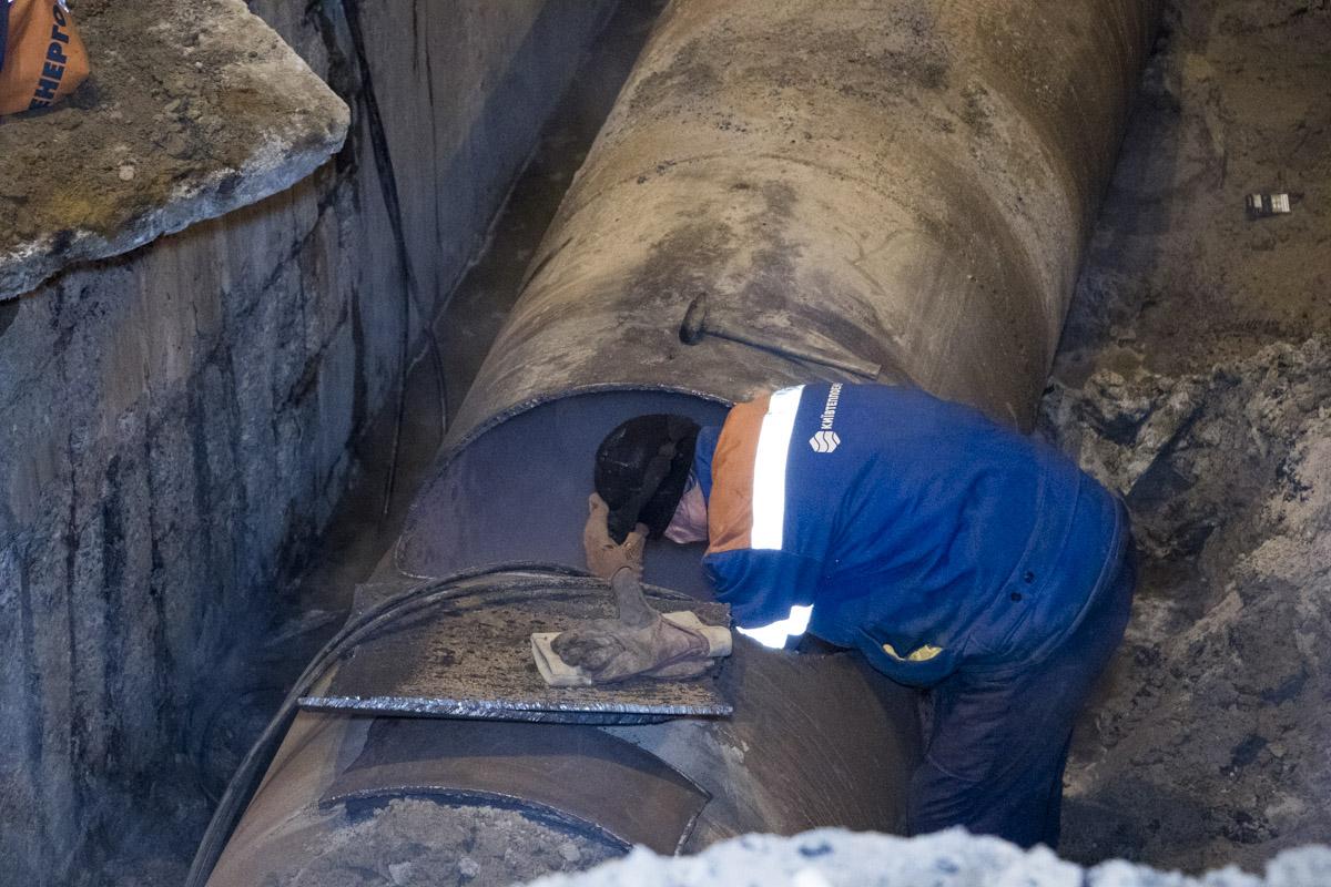 Они достали цементные блоки, которые ее закрывали и разрезали часть трубы