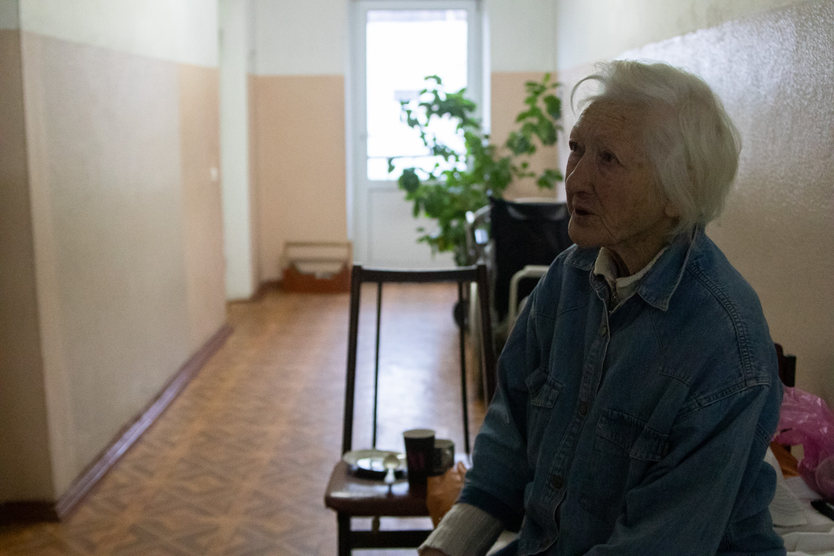 Там ее обследовали и не обнаружили серьезных проблем со здоровьем (кроме того, что пожилая женщина и так инвалид)