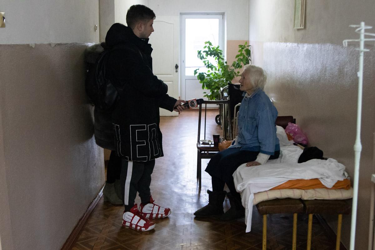 """Неравнодушная девушка, которая случайно встретила Александру, позвонила на """"103"""" и Александру Григорьевну увезли на стационар"""