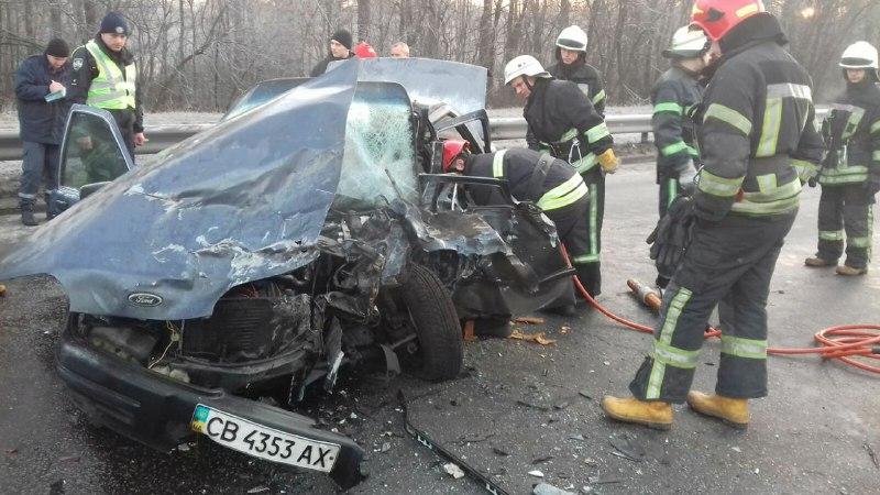 Мужчину извлекали с помощью инструментов из разбитого авто спасатели