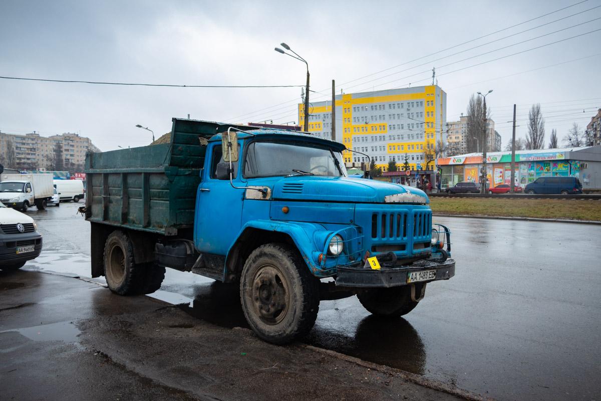 Грузовик остановился намного дальше места аварии, аж на углу Жолудева и Симиренко
