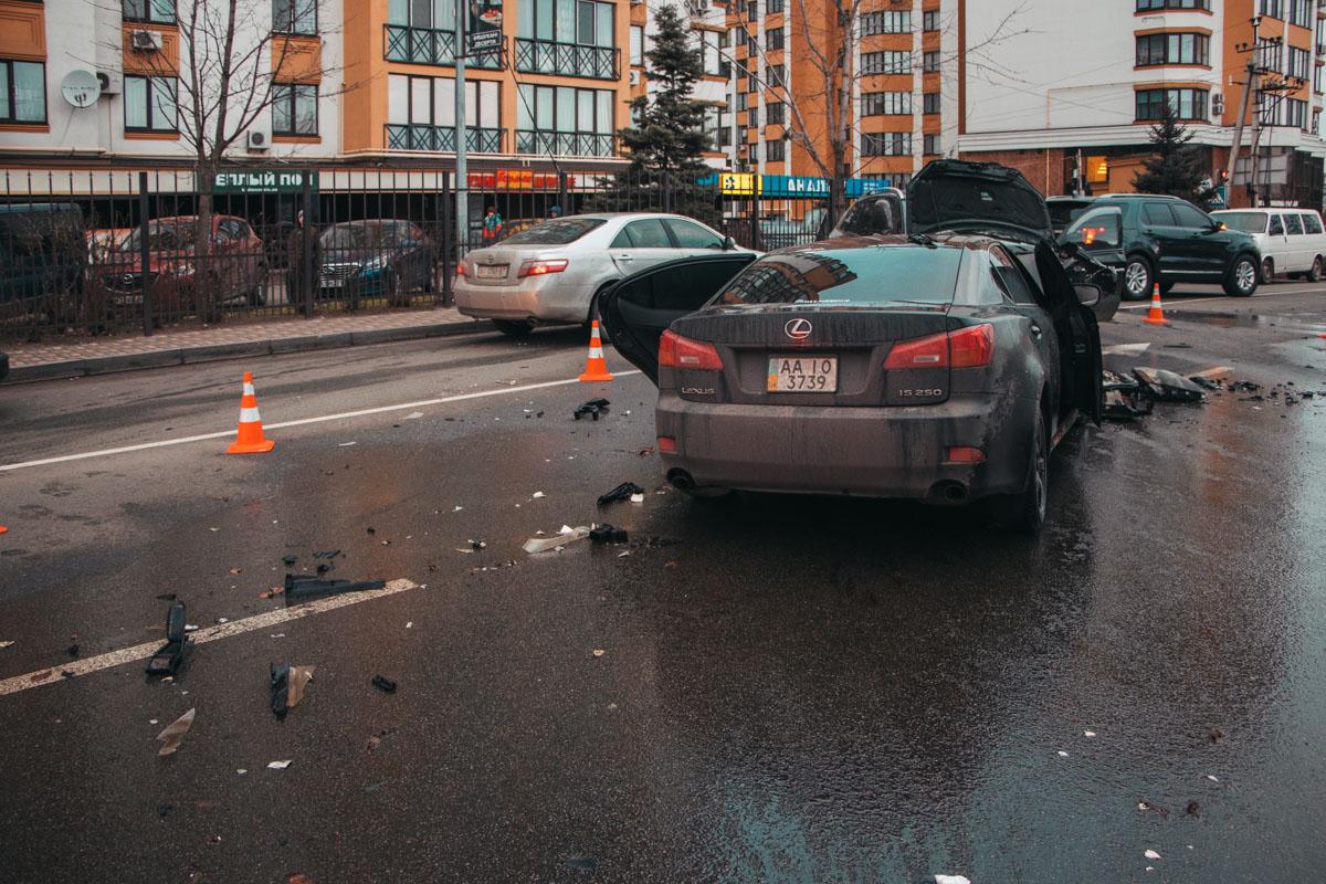 Водителя Lexus доставали спасатели