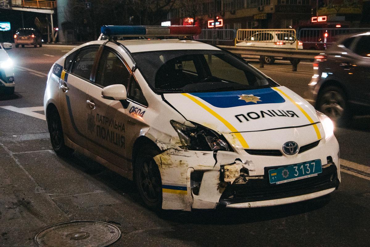 Renault не пропусти патрульных, которые ехали прямо