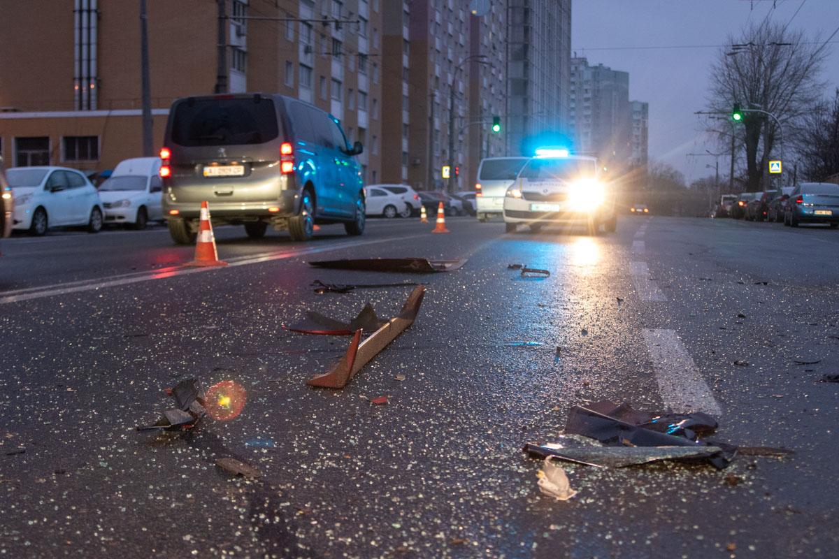 В Киеве на проспекте Науки произошло ДТП с участием семи автомобилей, из который пять были припаркованы