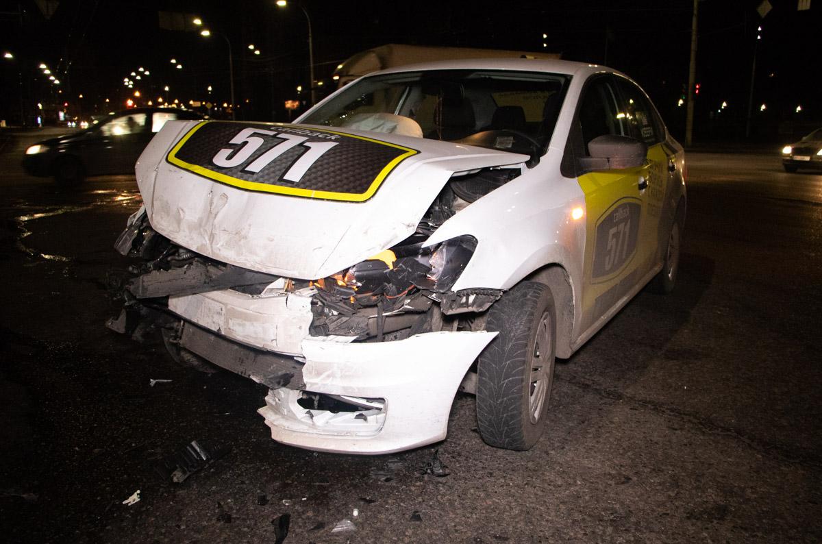 Автомобиль оказался на крыше после удара от Volkswagen