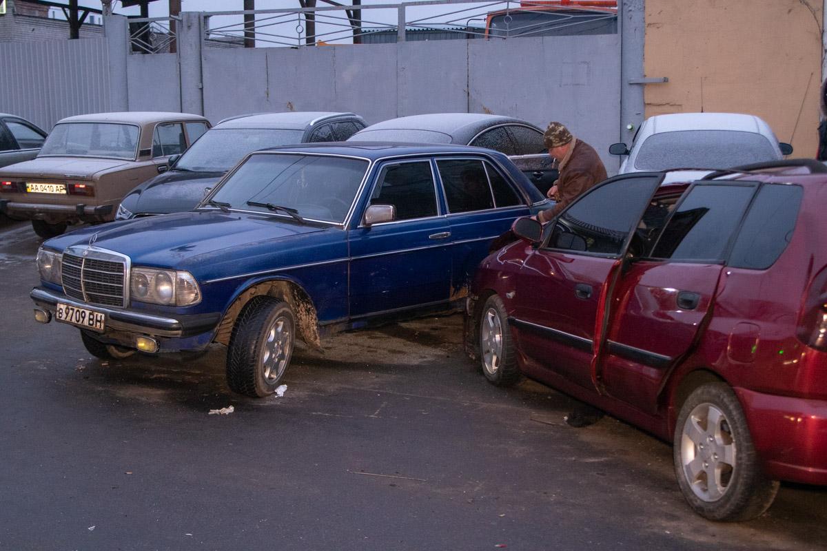 Припаркованные автомобили получили различные повреждения