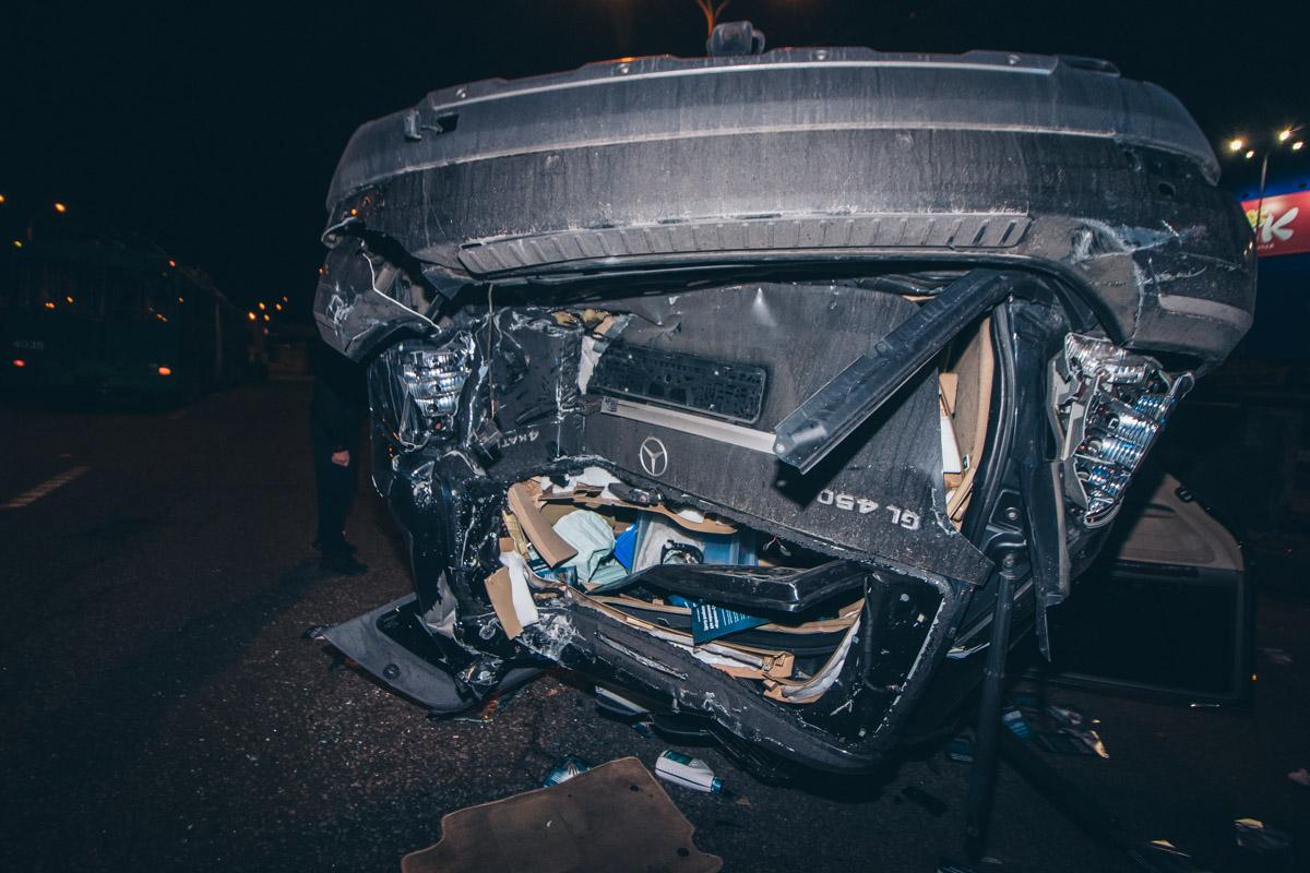 Mercedes в конце концов остановился после того как перевернулся