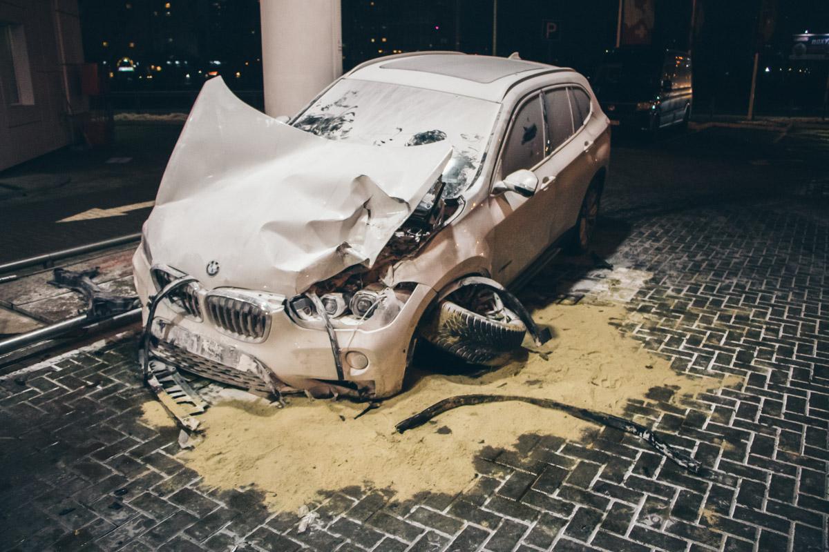 BMW врезался в бензовоз на заправке