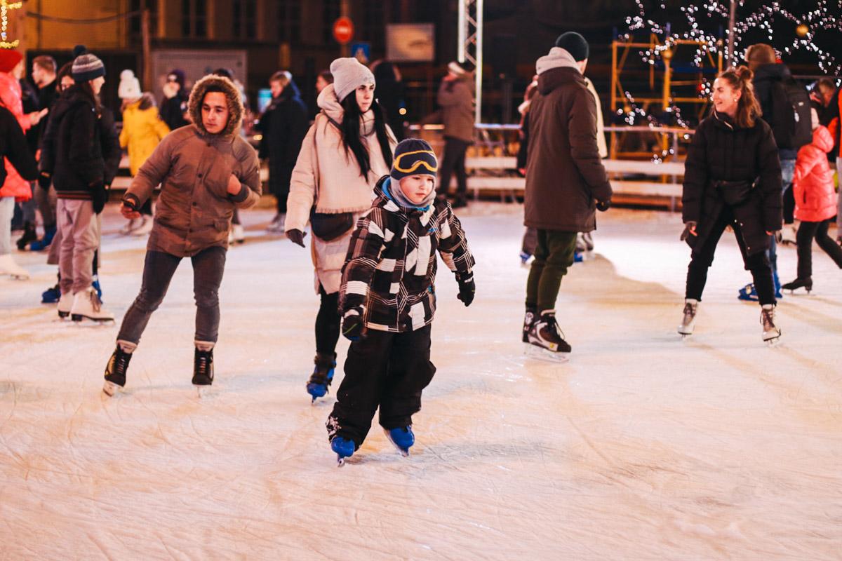 Другие пронзали лед коньками на катке