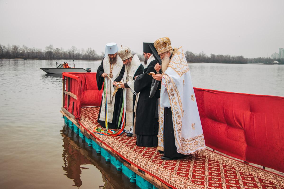 19 января на Оболони митрополит Онуфрий освятил воду Днепра