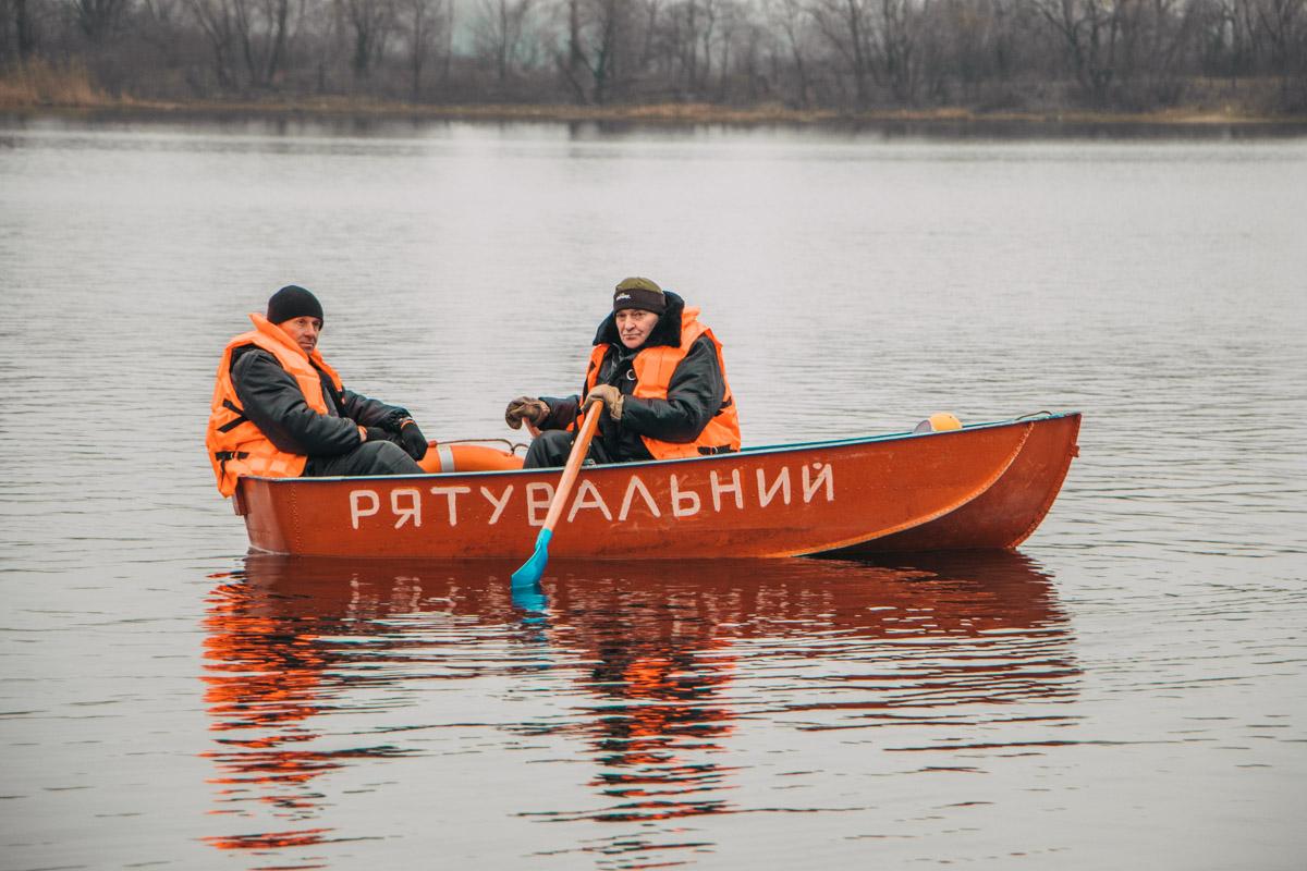 На воде все время дежурили спасатели