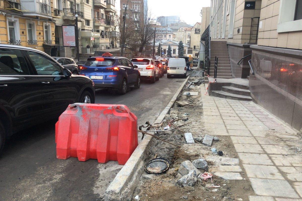 По некоторым участкам тротуара ходить можно, но осторожно