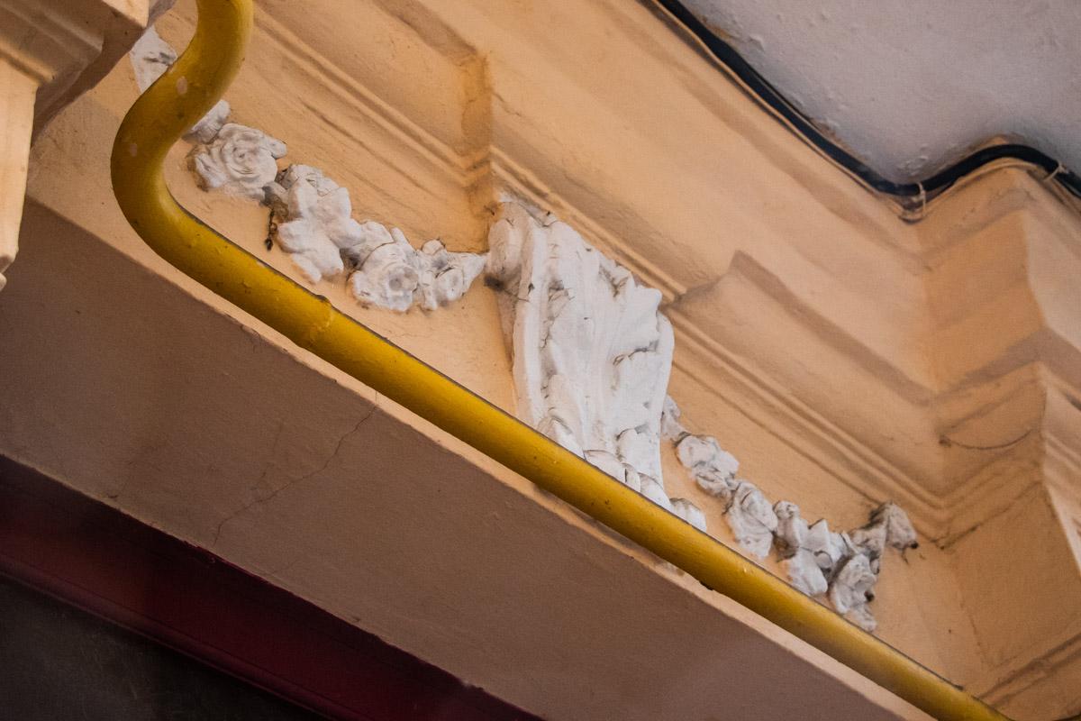На фасадах домов убрали старинный статуи и вазы