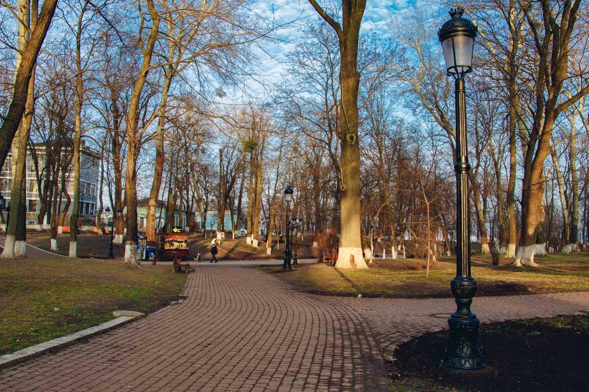 В результате этой реконструкции на месте аутентичных фонарей середины XX века появились новые