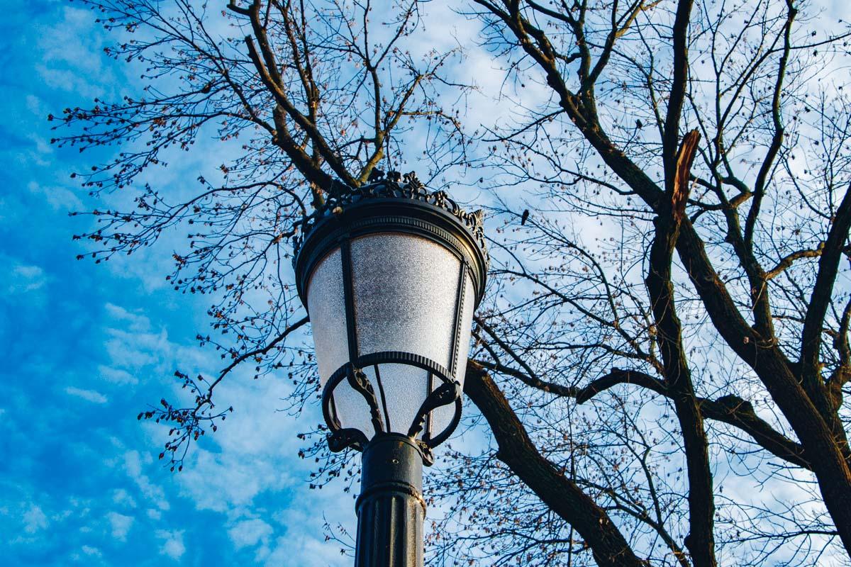 До этого в парке были литые фонарные столбы, установленные в столичном парке в 1950-х годах