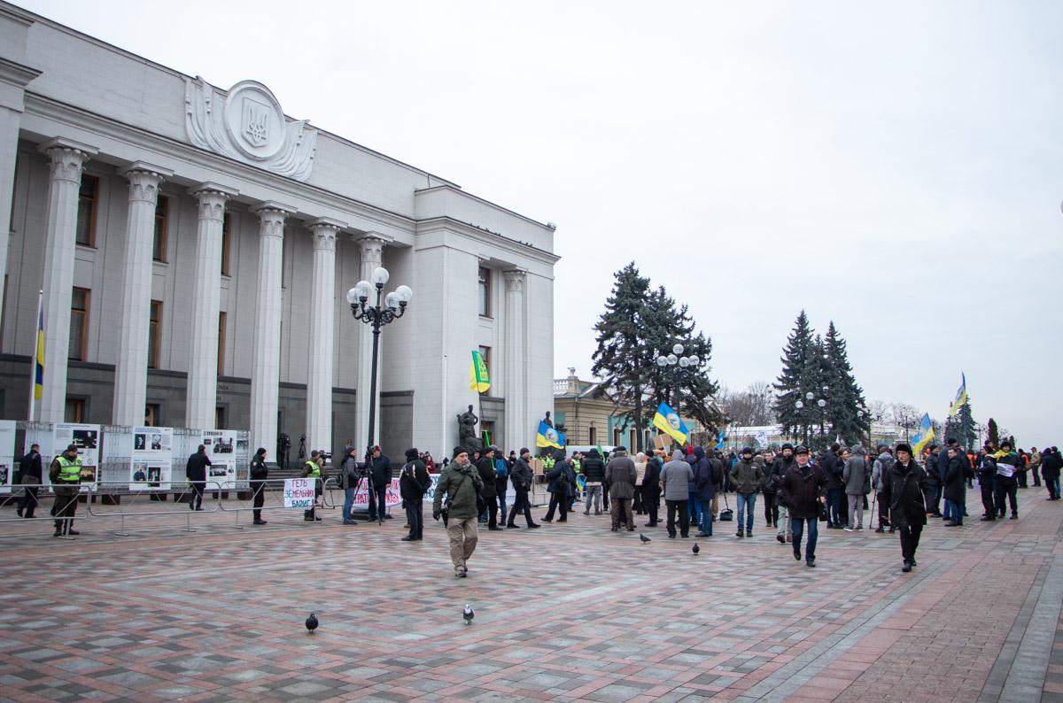 В Киеве возле здания Верховной Рады стартовала акция протеста против рынка земли