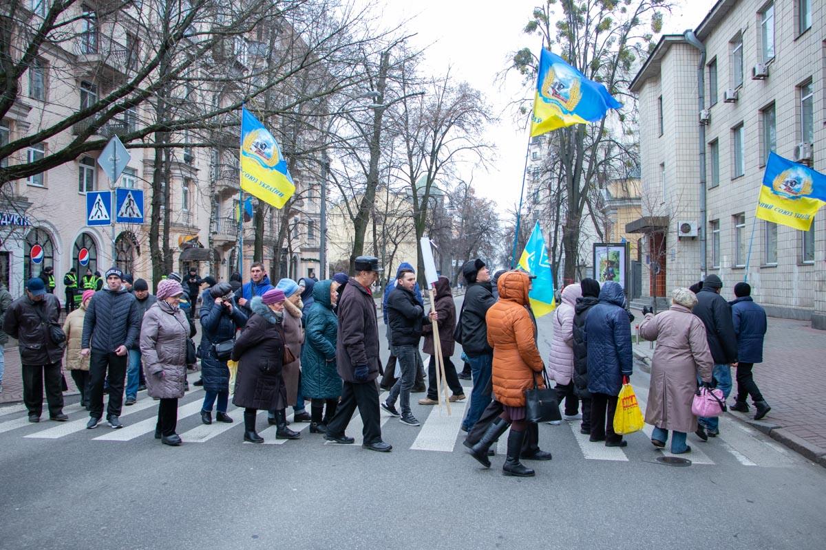 Также участники блокируют дороги в правительственный квартал