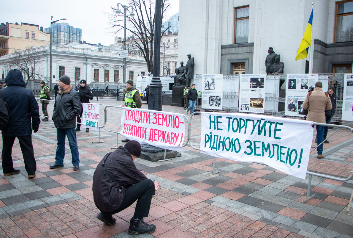 Митингующие собрались возле ВР с разными лозунгами