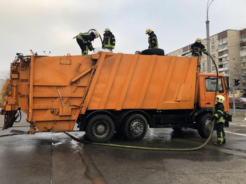 В четверг, 16 января, в Киеве на ходу загорелся мусоровоз