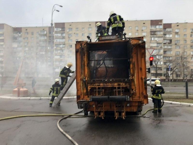 Водитель увидел, что из контейнера для мусора идет дым, и решил, не теряя времени, самому ехать к спасателям