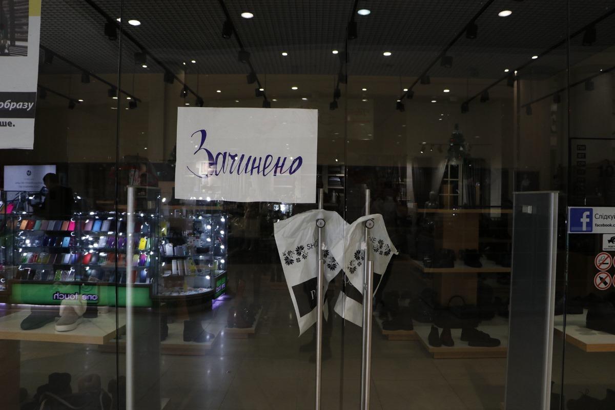 """Но некоторые магазины все же закрыты, к примеру, магазин """"Алло"""""""