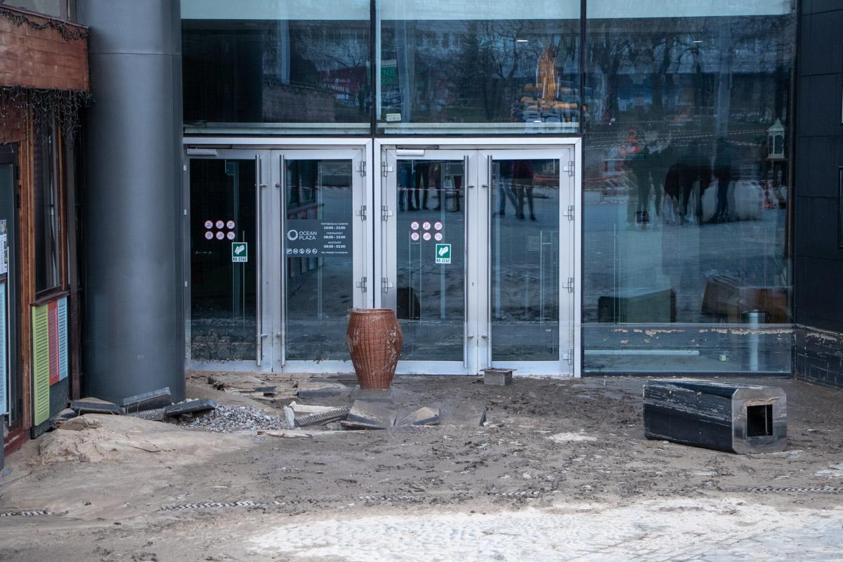 Сейчас все входы в Ocean Plaza закрыты. Возле входа дежурят охранники