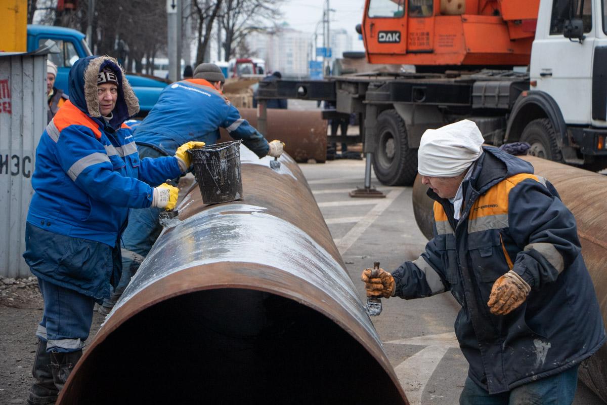 Рабочие заменят трубы по всей протяженности дорожного покрытия