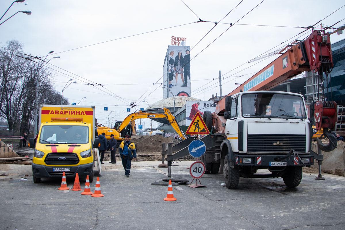 На месте работают сразу три аварийно-восстановительные бригады