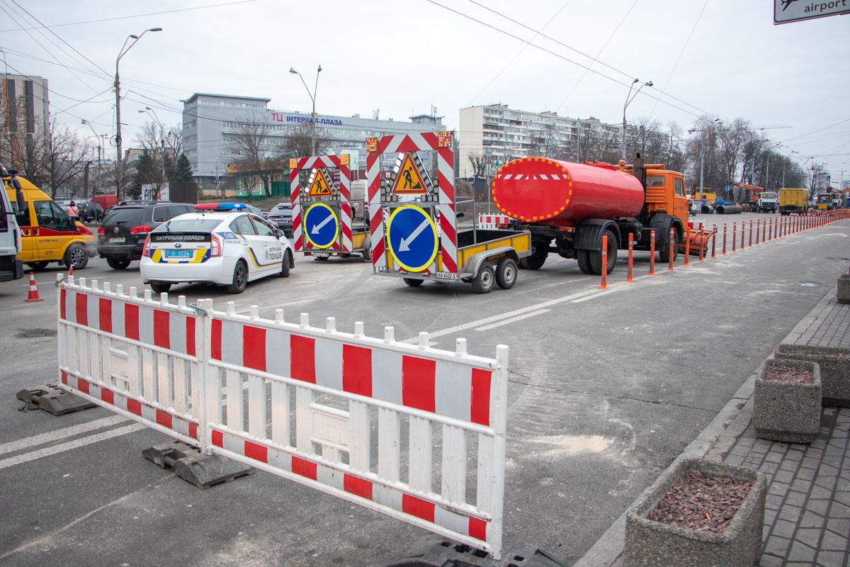 """На месте прорыва теплосети на Лыбедской активно работают сотрудники """"Киевтеплоэнерго"""""""
