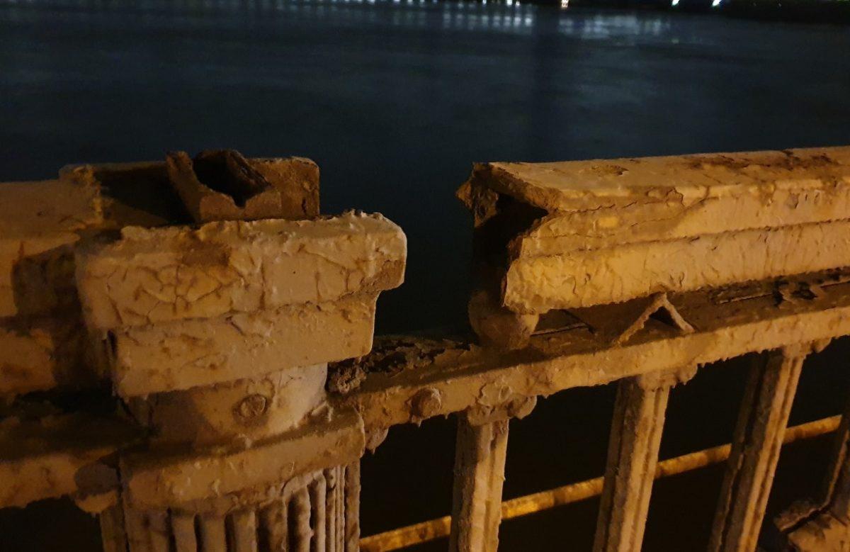 В мэрии говорят, что реконструкция не может начаться как раз из-за статуса архитектурного памятника моста